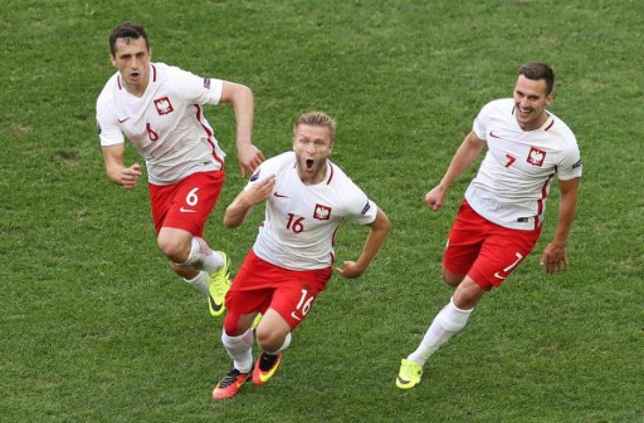 Polonia selló por primera vez su pase a octavos de final de una Eurocopa. (Foto: AFP)
