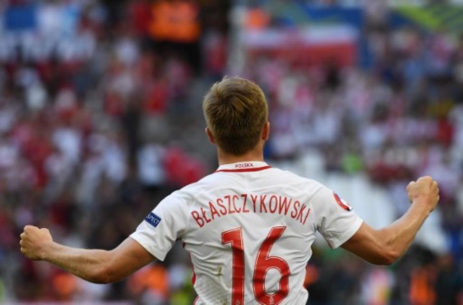 Jakub Blaszczykowski celebra tas anotar el único gol del juego. (Foto: AFP)