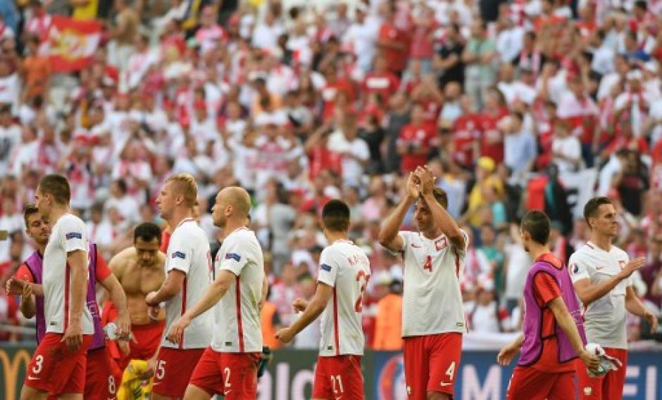 Los polacos agradecieron a su público tras el juego ante Ucrania. (Foto: AFP)