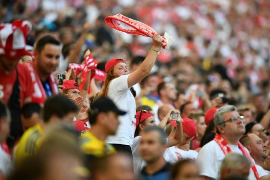 La afición polaca disfrutó la clasificación de su selección. (Foto: AFP)