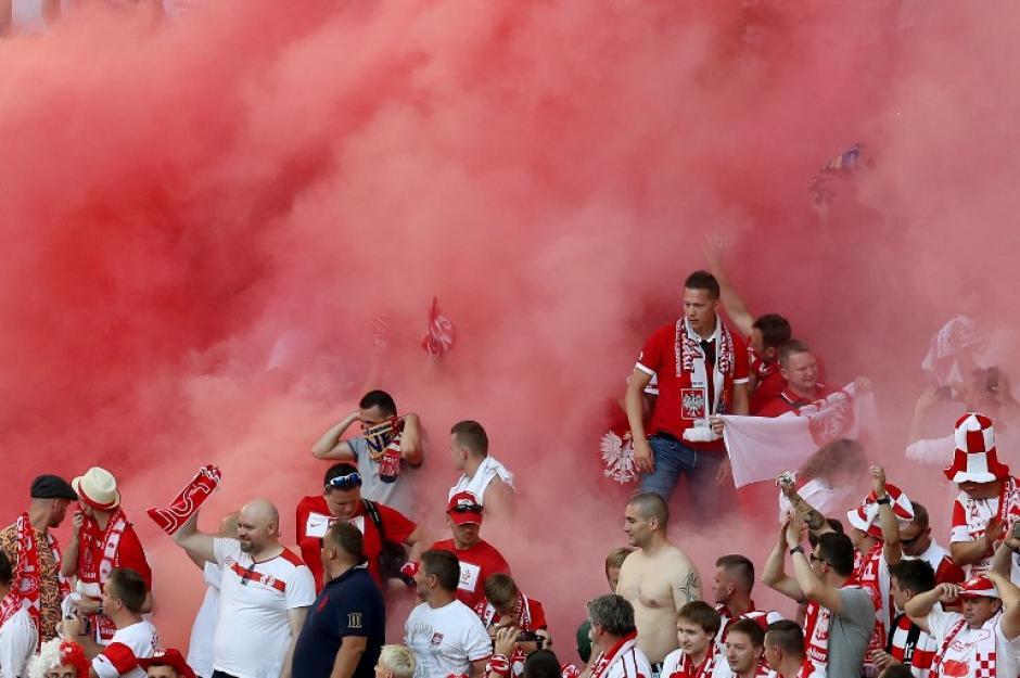 Los aficionados de Polonia alienta a su selección con bombas de humo. (Foto: AFP/Valery Hache)
