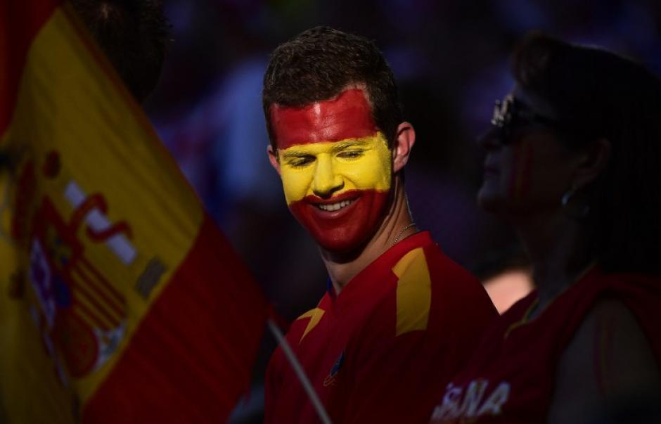 Y el colorido también está presente como este aficionado que apoya a España en el inicio de la Eurocopa. (Foto: AFP/PIERRE-PHILIPPE MARCOU)