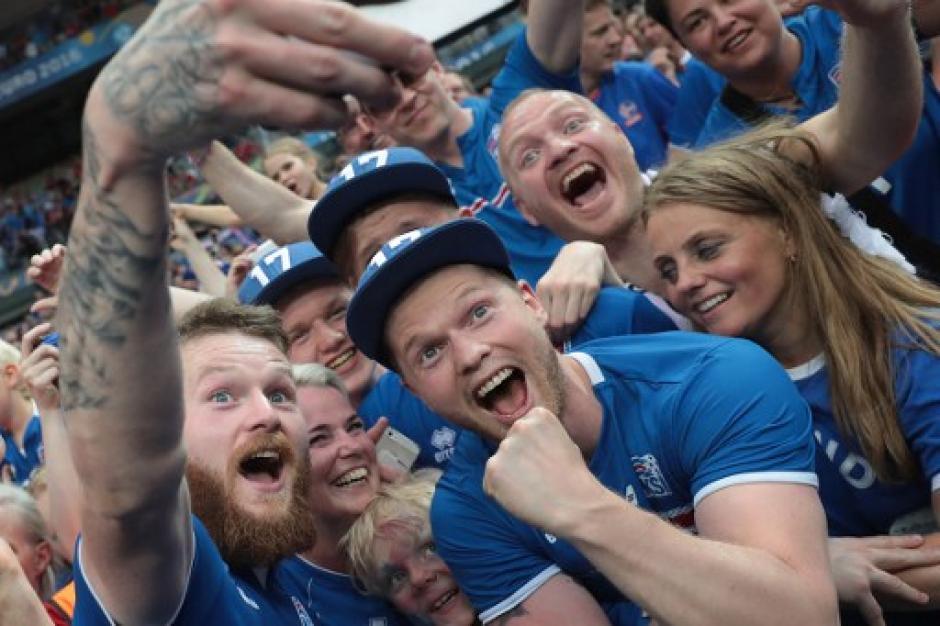 Los aficionados islandeses disfrutaron en las gradas. (Foto: AFP)