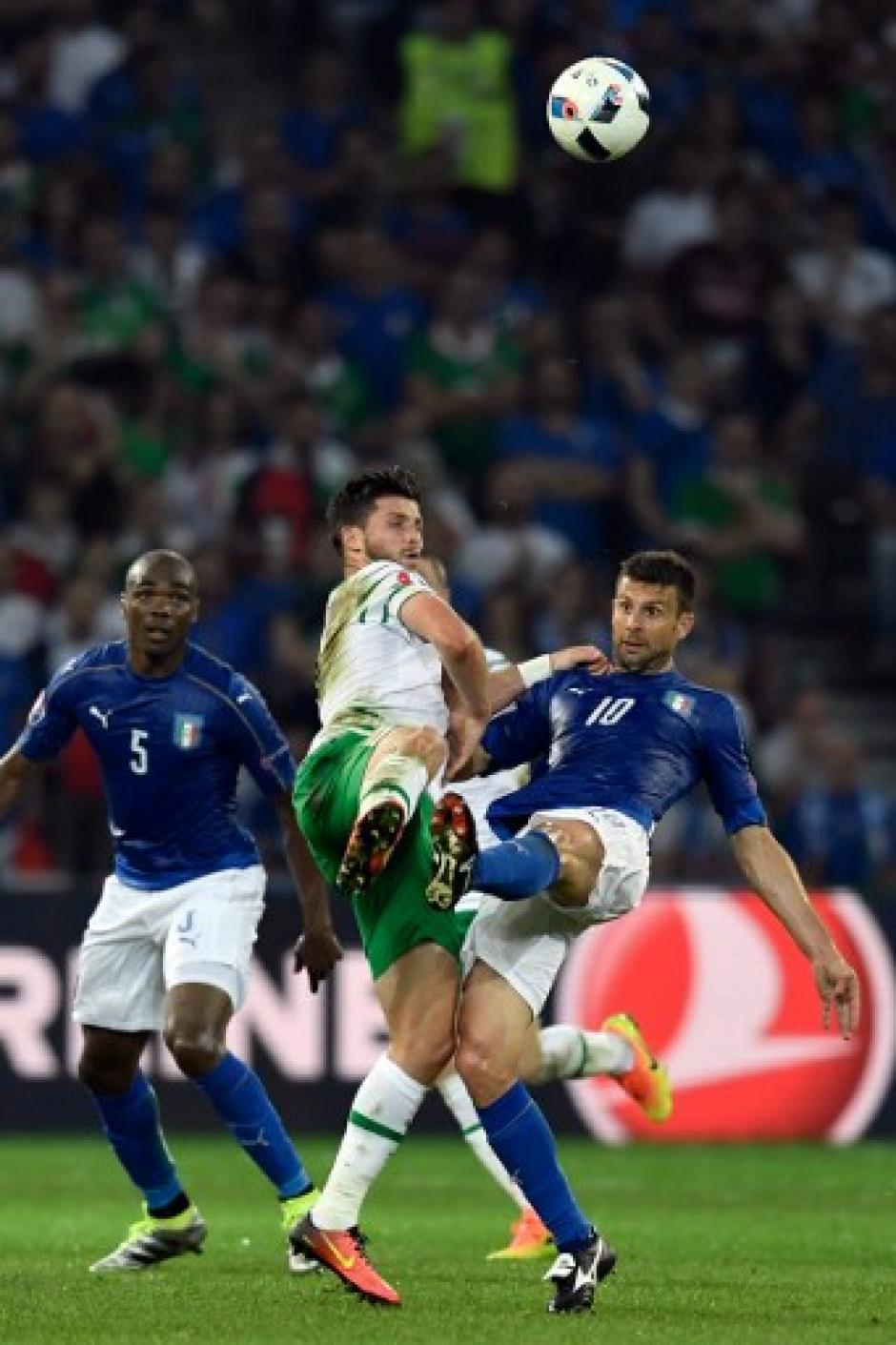 Italia se verá las caras con España en los octavos de final. (Foto: AFP)