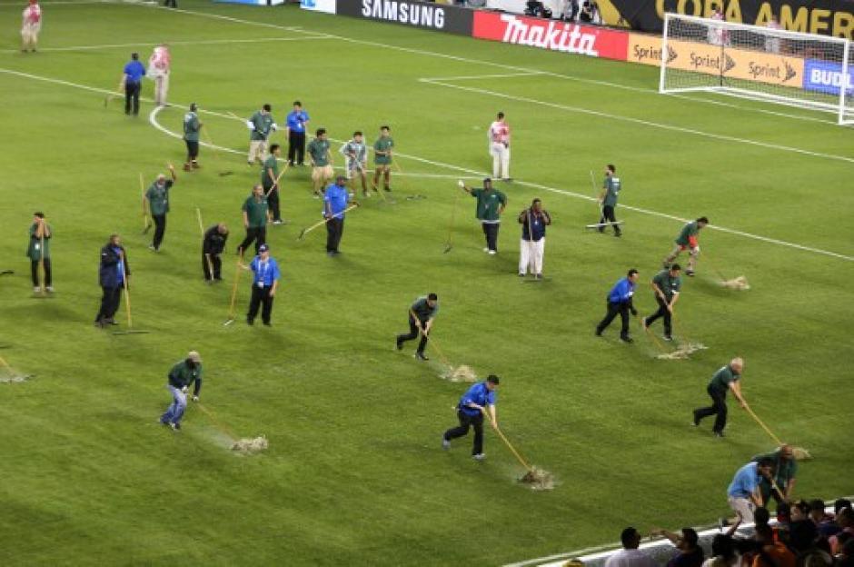 Así limpiaron los trabajadores del Soldier Field, de Chicago, la gramilla para el complemento. (Foto: AFP)