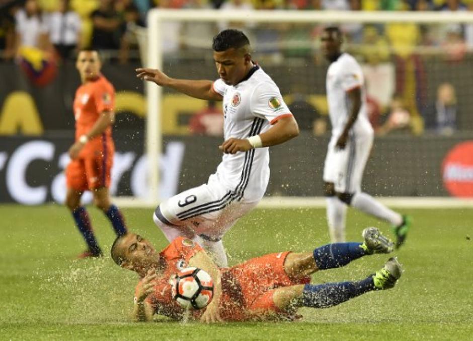 La lluvia afectó el estado de la gramilla, juego accidentado que duró en total cuatro horas, por los intermedios de la lluvia. (Foto: AFP)