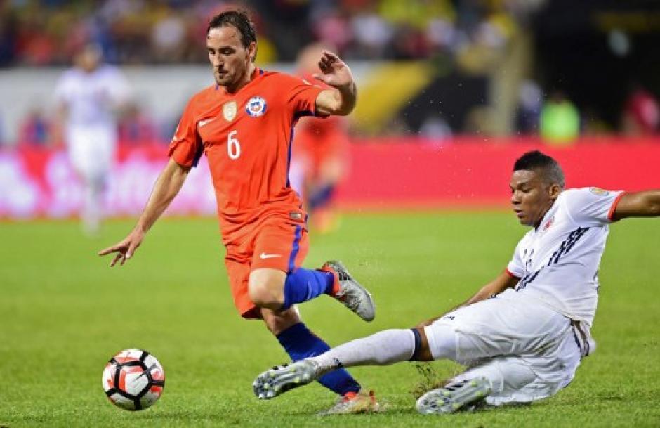 En el segundo tiempo el partido se tornó trabado y fuerte en el medio campo. (Foto: AFP)