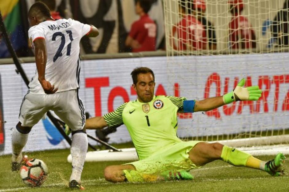 Claudio Bravo volvió a mostrar su buen nivel, bajo los tres postes de la Selección chilena. (Foto: AFP)