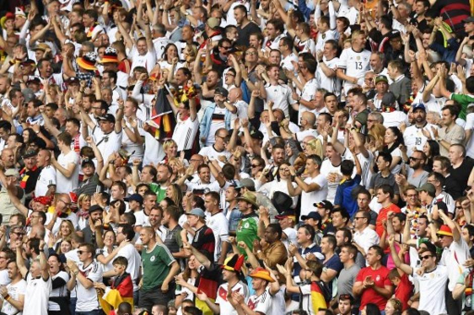Los alemanes disfrutaron en los graderíos su pase a los cuartos de final. (Foto: AFP)