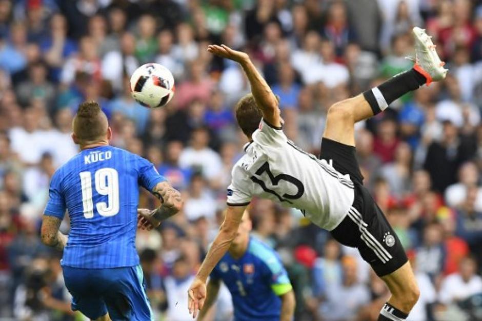Thomas Müller lo intentó de media volea durante el partido ante Eslovaquia. (Foto: AFP)