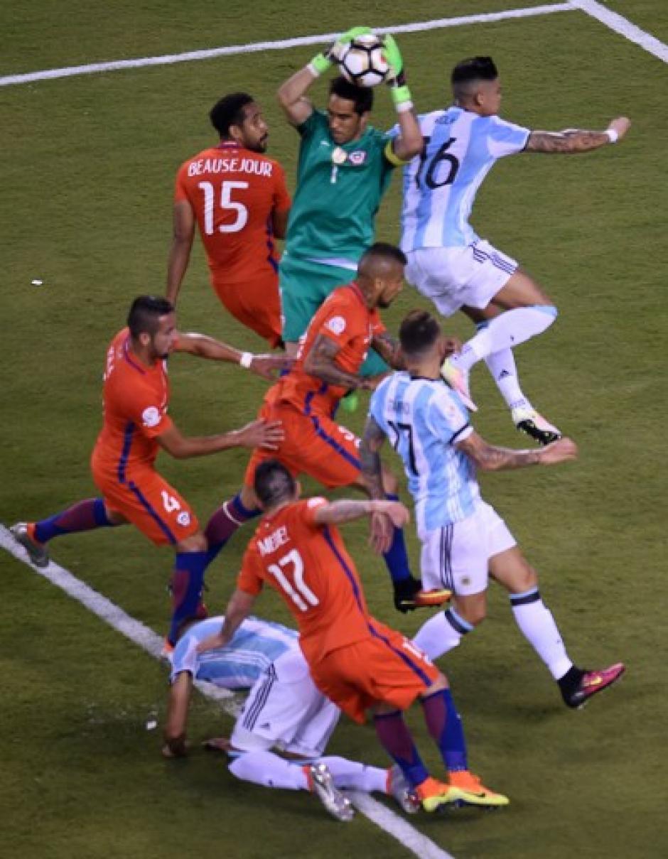 Claudio Bravo fue una de las figuras de Chile durante los 90 minutos. (Foto: AFP)