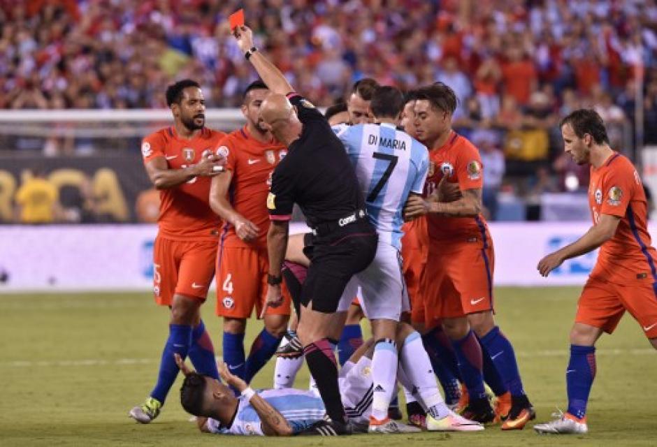 El árbitro Heber Lopes fue protagonista por ser riguroso, especialmente en el primer tiempo. (Foto: AFP)