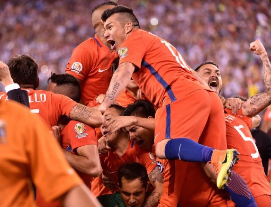Chile, histórico, vuelve a dar la vuelta de campeón de América. (Foto: AFP)