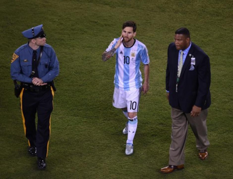 Messi se lamentó durante el final del partido. (Foto: AFP)