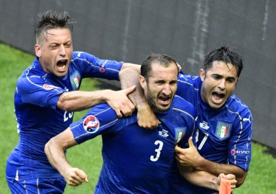 Giorgio Chiellini festejó el primer gol de Italia ante España. (Foto: AFP)