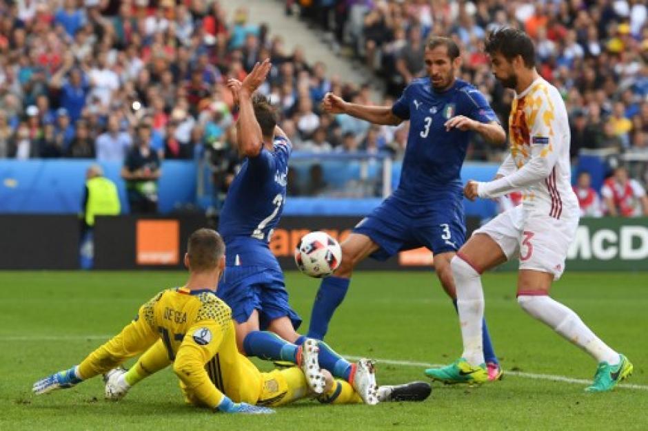 Chiellini aprovechó un rebote dentro del área y puso el primero de Italia. (Foto: AFP)