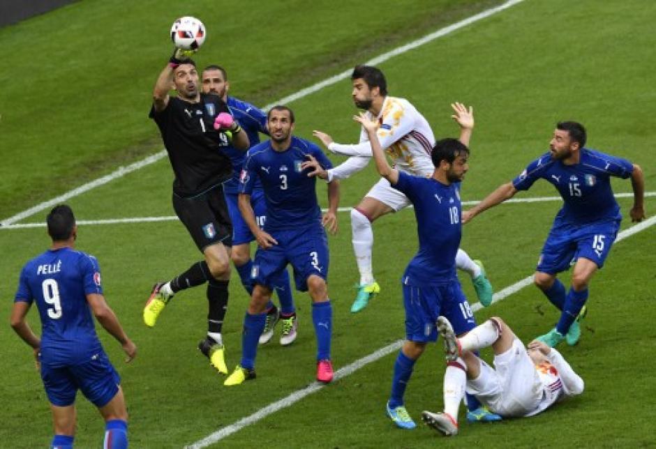Buffon fue una de las grandes figuras de Italia en el pase a los cuartos de final de la Euro. (Foto: AFP)