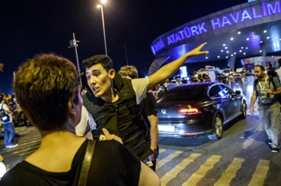 La tensión para los viajeros subía mientras pasaban los minutos. (Foto: AFP)