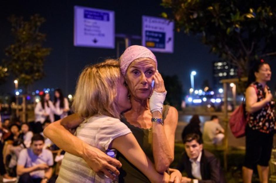 Familiares y amigos se acercaron al Aeropuerto. (Foto: AFP)