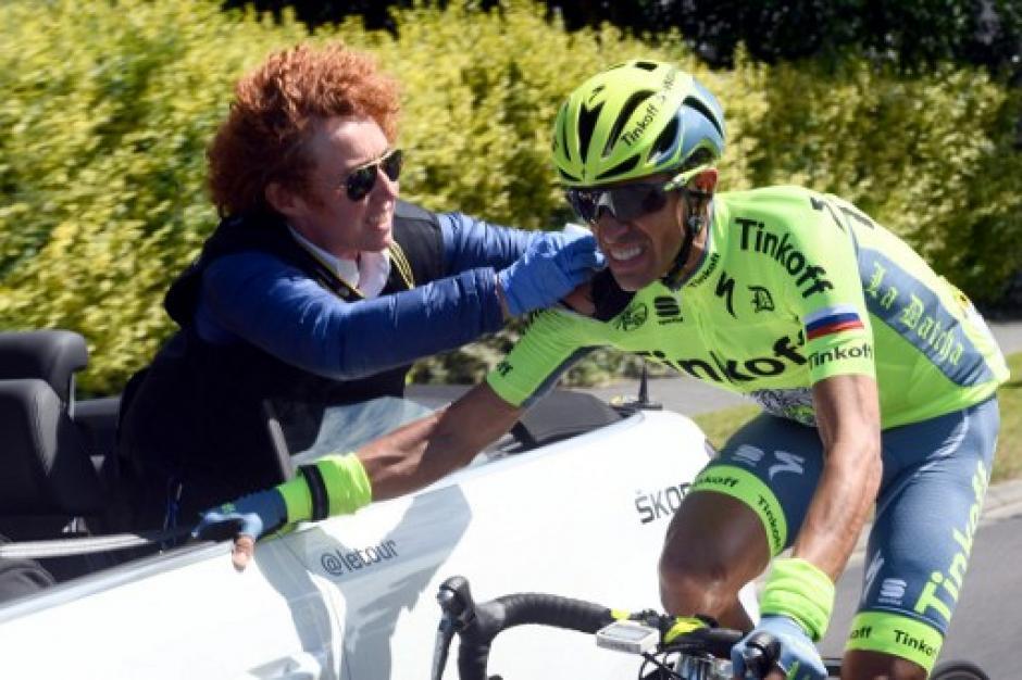 Fue atendido por el cuerpo médico de su equipo, cambió de bicicleta y continuó. (Foto: AFP)