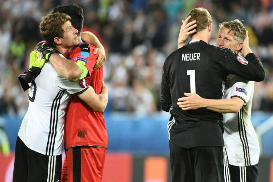 Gran gesto, Buffon fue consolado por los rivales quienes reconocieron su trabajo en la Euro 2016. (Foto: AFP)