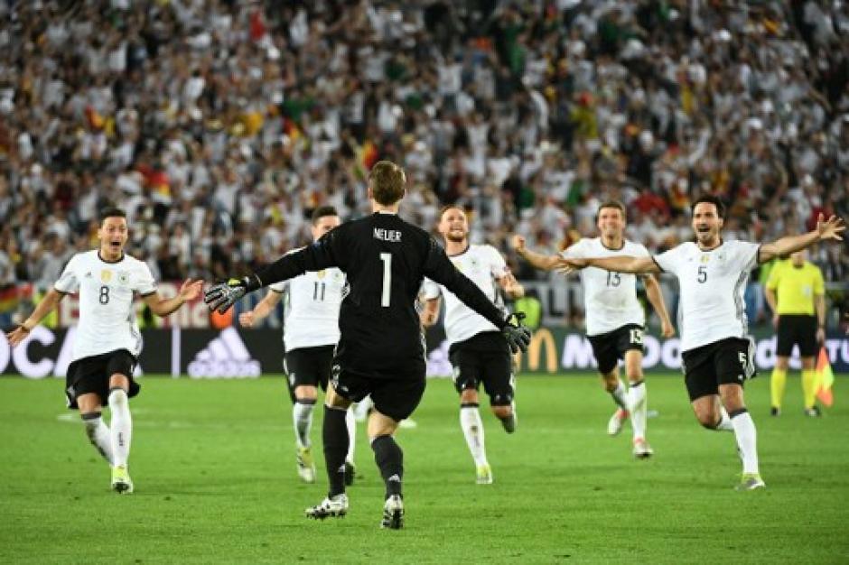 Manuel Neuer fue figura de Alemania en la ronda de penales. Ahora jugarán la semifinal de la Euro. (Foto: AFP)