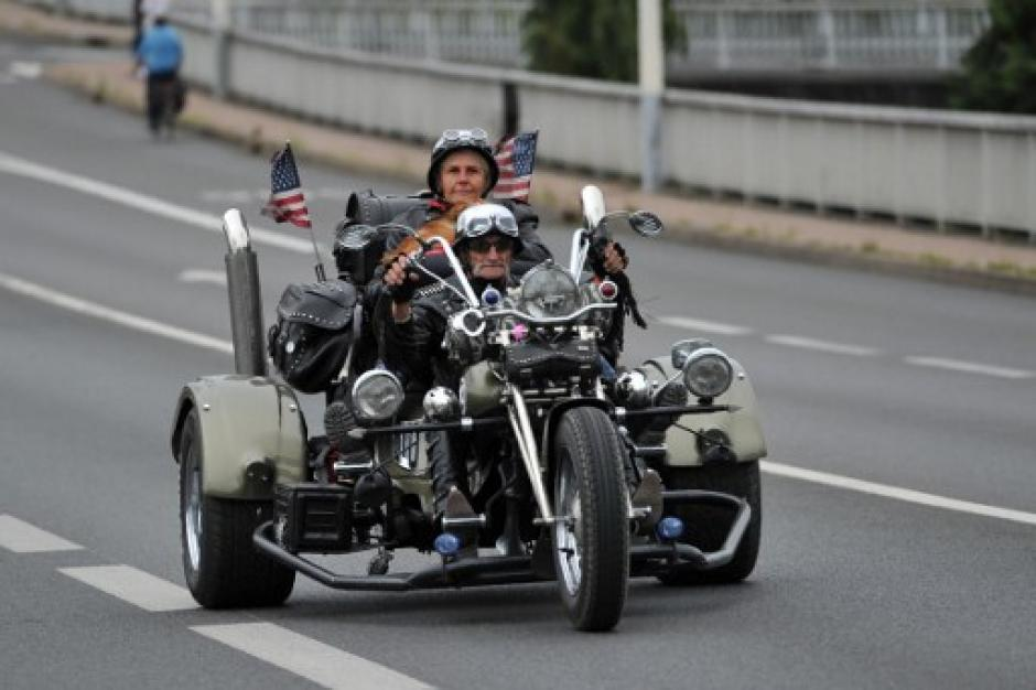 Una pareja de motociclistas estadounidenses recorre las calles con estilo. (Foto: Guillaume Souvant/AFP)