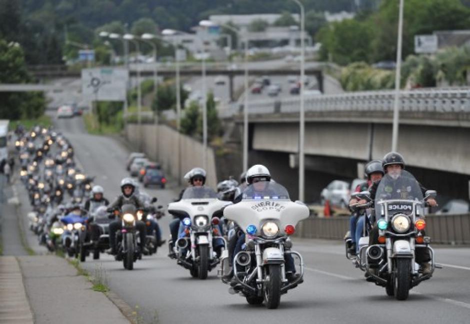 Un grupo de motoristas es captado por una de las autopistas. (Foto: Guillaume Souvant/AFP)