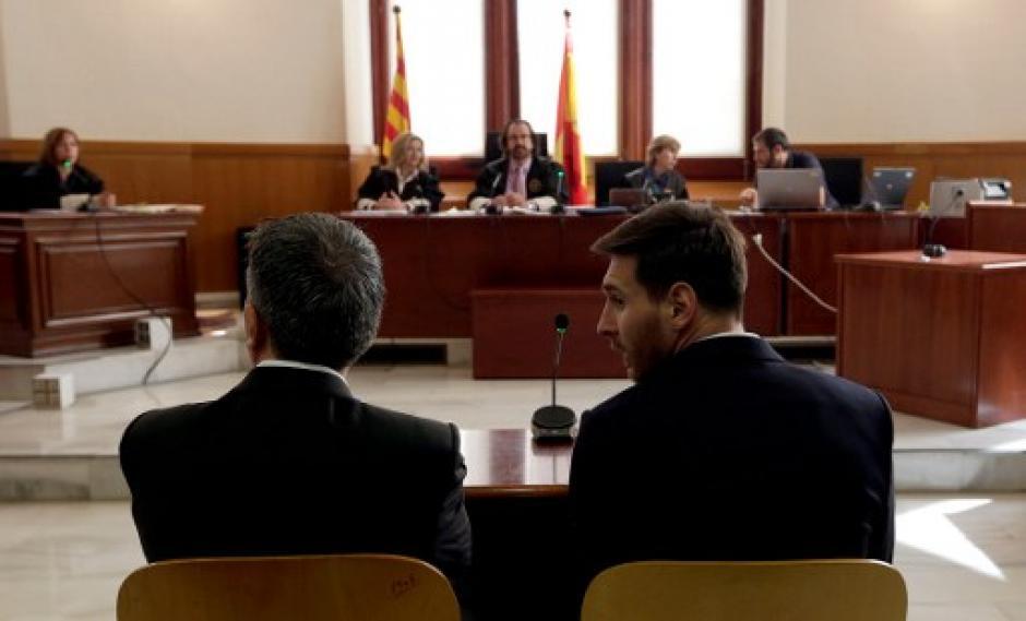 El padre de Messi y el futbolista escuchan la sentencia. (Foto: AFP)