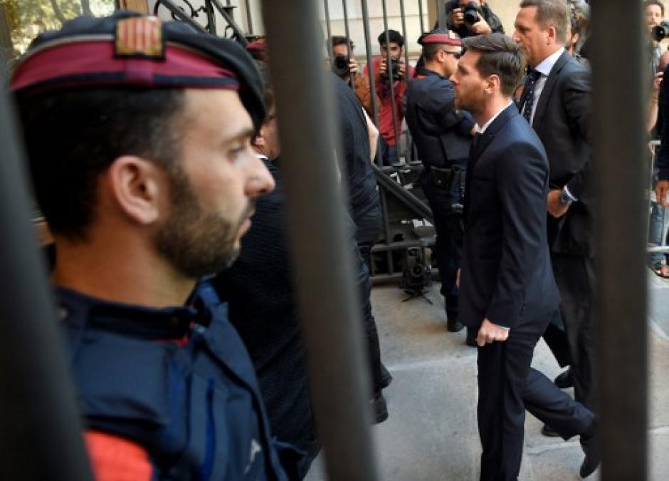 Así ingresó Messi a la audiencia donde se le dio la sentencia. (Foto: AFP)