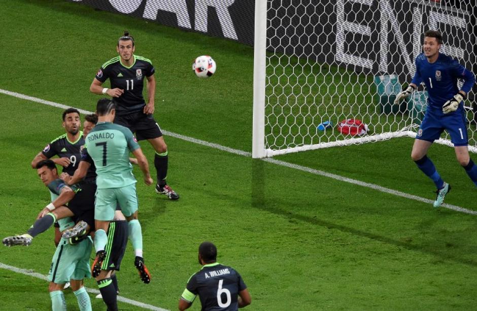 Ronaldo le ganó a su marcador y de cabeza infló la red de Gales. (Foto: AFP)