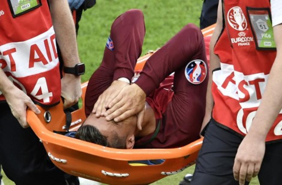 La afición de ambos equipos lo ovacionó mientras salía (Foto: AFP)