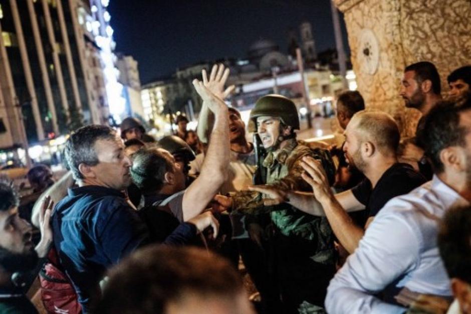 Por FaceTime, pidió a su gente se alzara contra el Golpe de Estado, y muchos obedecieron. (Foto: AFP)
