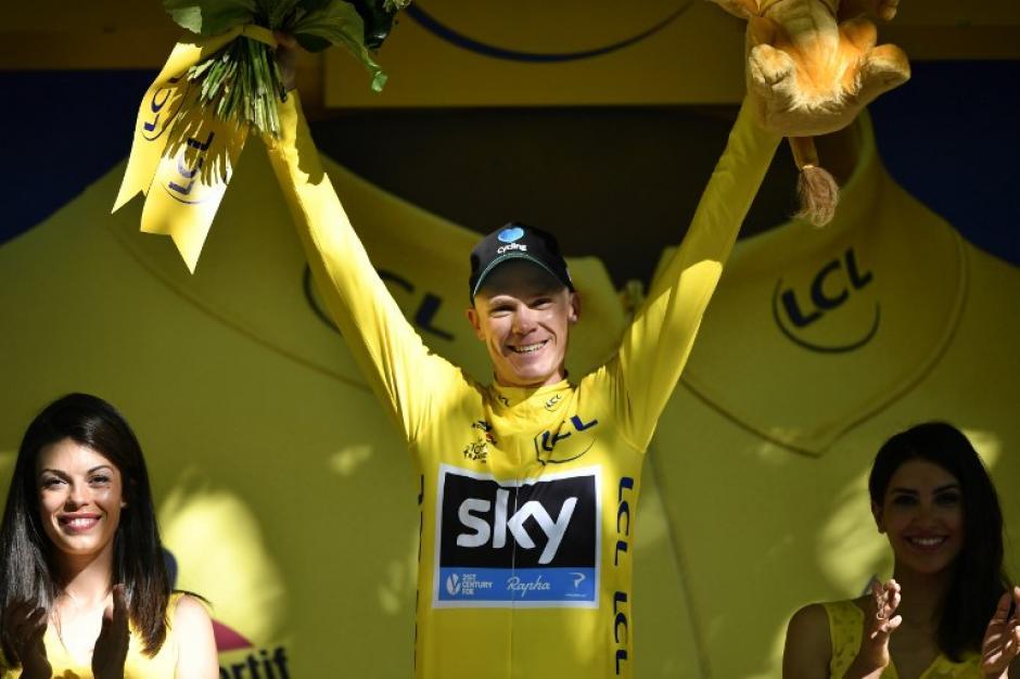 Chris Froome celebra que continúa en el podio. (Foto:AFP)