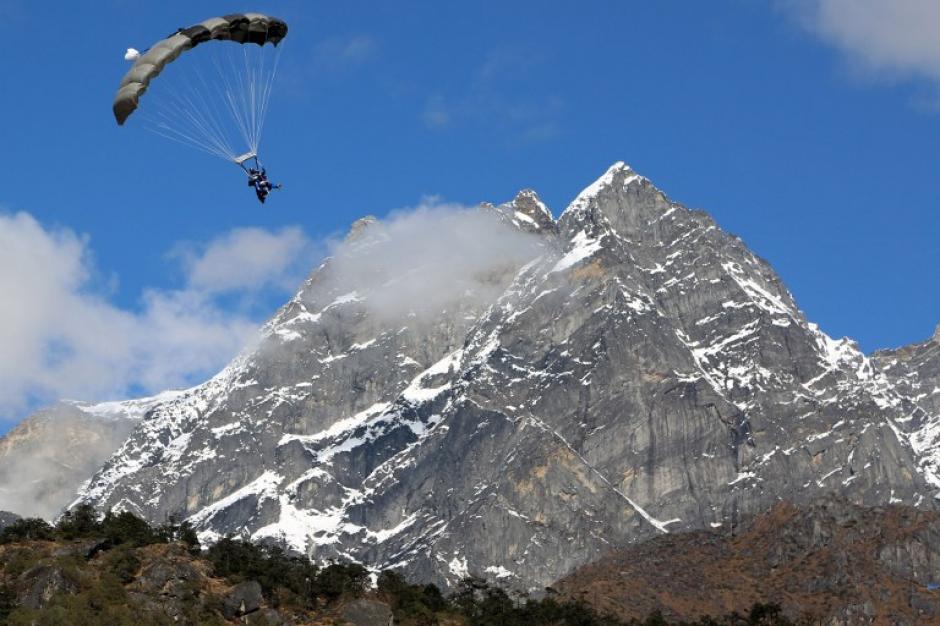 Esta fotografía, de Eric De Aranjo, muestra a Marc Kopp, francés con esclerosis multiple, en su aproximación final para aterrizar en Gorakshep, unos 5.142 metros (17.192 pies) sobre el nivel del mar, después de su saltar en paracaídas sobre el Monte Everest.