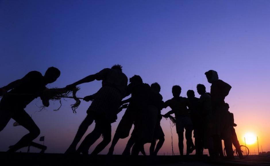 indios levantan puente sobre el Ganges