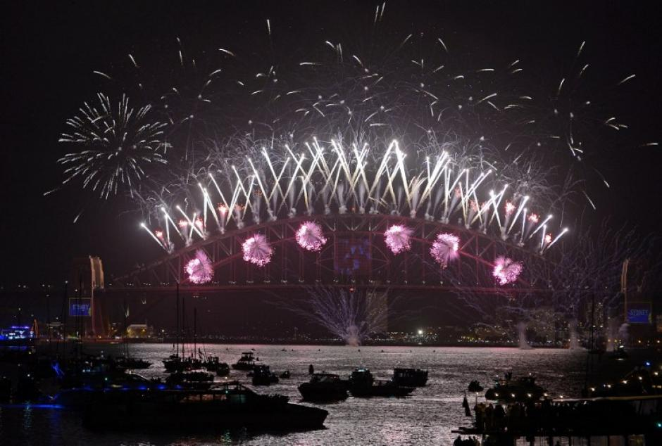 Sydney, Australia, fue la primera ciudad en recibir el 2014 con fuegos pirotécnicos en el puente Harbour. (Foto: Greg Wood/AFP)