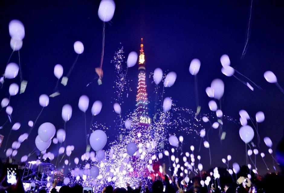 En Japón se soltaron cerca de 2 mil globos durante el conteo final para arribar al año 2014. Foto AFP