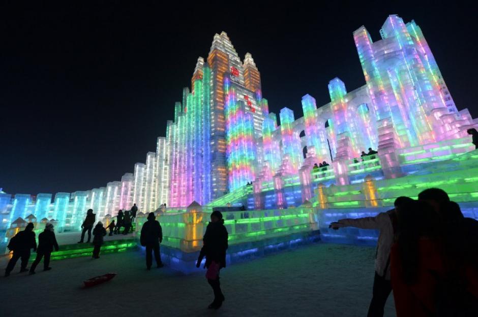 Los visitantes se reúnen en la China, Hielo y Nieve del Mundo, después de la inauguración oficial de la 15 ª Festival de Hielo y Nieve de Harbin Internacional, en la provincia nororiental china de Heilongjiang.AFP PHOTO/GOH CHAI HIN