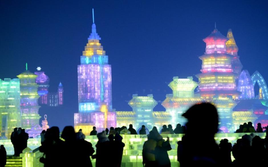 Harbin, capital de la provincia de Heilongjiangde la República Popular China, es una de las capitales culturales de hielo y nieve en el mundo. La ciudad está situada en el noreste de China bajo la influencia del duro invierno Siberiano. La temperatura promedio en invierno es de -16,8ºCy de 21,2°C en verano, si bien puede llegar a temperaturas extremas invernales de hasta -38,1°C.AFP PHOTO/GOH CHAI HIN