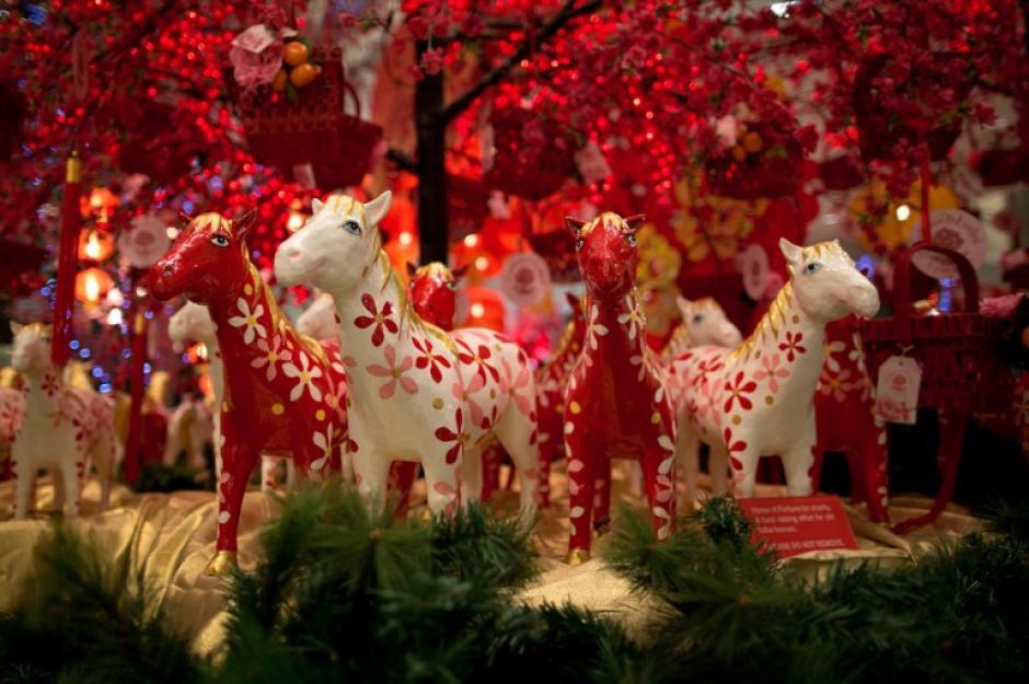 Quedan unos días para que China celebre su año nuevo. Más concretamente el 31 de enero, y para este 2014 será el caballo el animal estrella. Por ello ya se venden las figuritas en mercados de Malasia para celebrar el acontecimiento. Foto AFP