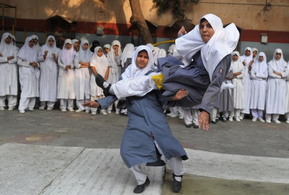 """Niñas musulmanas de Saint Maaz High School de la localidad de Hyderabad, en la India, hacen una presentación de """"Vovinam"""" una nueva modalidad de artes marciales de origen vietnamita. La exhibición se realizó con motivo del Día Nacional de la Niña que se celebra en esa nación. Foto AFP"""