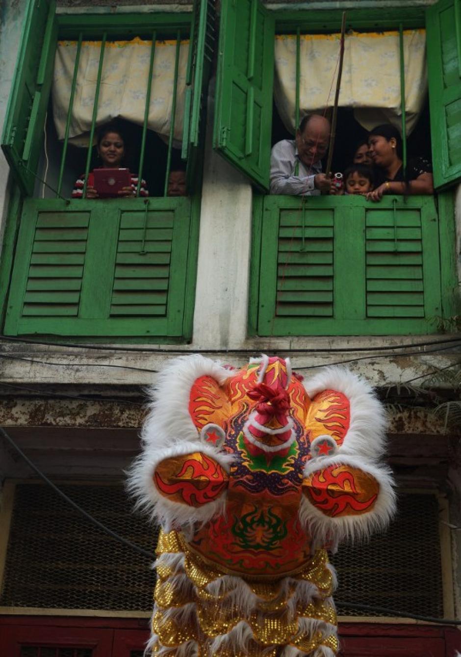 """Los miembros de la comunidad china realizan una danza del león mientras celebran el año nuevo chino en Calcuta, el 31 de enero de 2014, para dar la bienvenida al """"Año del Caballo"""". AFP"""
