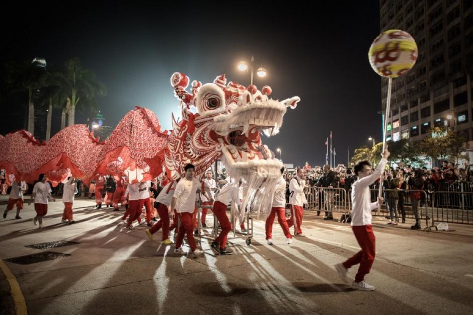 Los participantes de una danza del dragón, durante un desfile del año nuevo chino en Hong Kong, el 31 de enero de 2014. Así dan la bienvenida al año del caballo. AFP