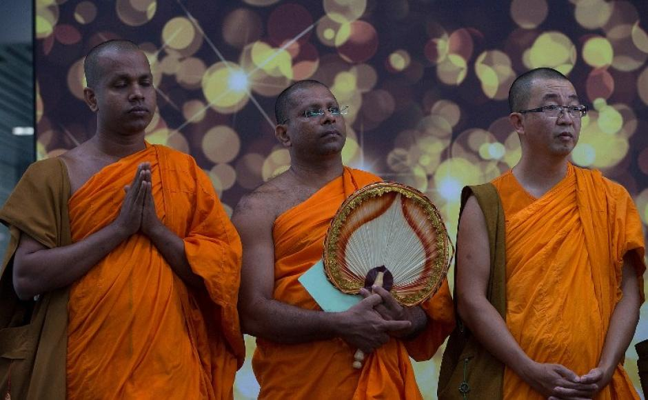 Monjes budistas ofrecen oraciones especiales por las personas que viajaban en el vuelo desaparecido entre Malasia y Vietnam. (Foto: AFP)