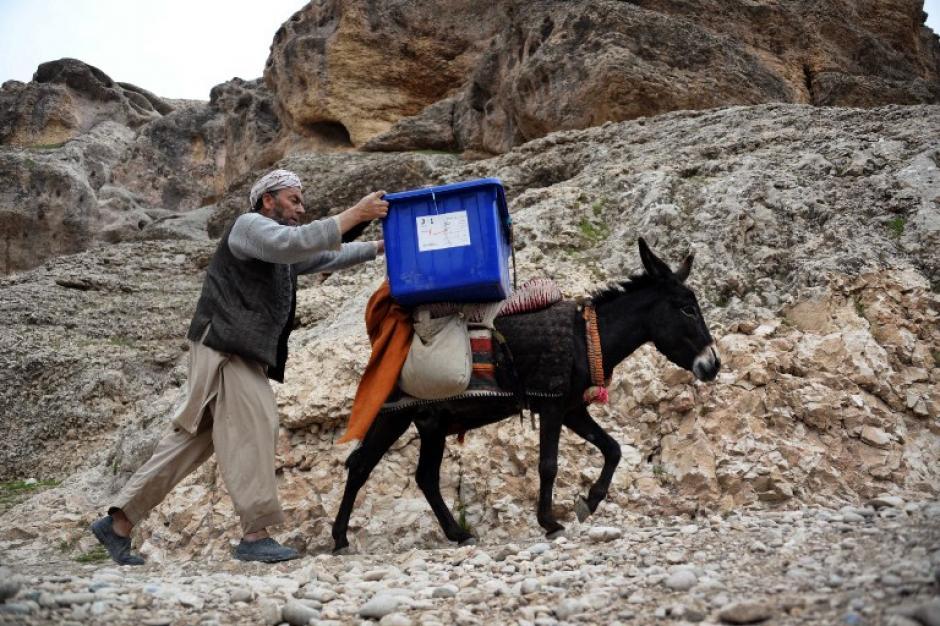 """""""Es la tercer elección que hago con mis mulas"""", declaró a la AFP Abdul Khir, 33 años, dueño de ocho animales con los cuales, por 175 dólares, lleva las boletas a dos aldeas. (Foto: AFP)"""