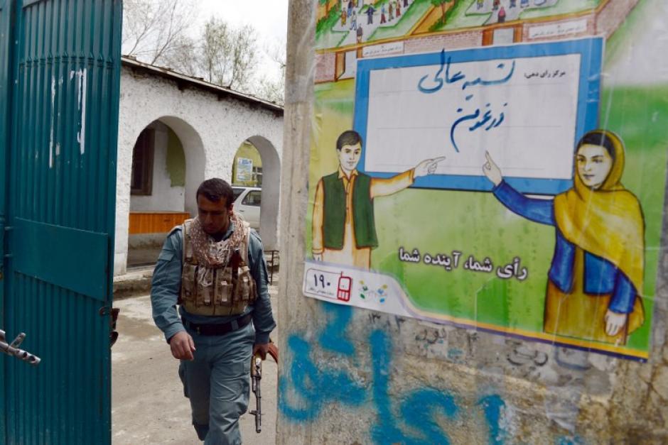 Las incógnitas se empezarán a despejar hoy a primera hora, cuando los afganos empiecen a acudir a unos comicios en los que está en juego no sólo el nombre del sucesor de Hamid Karzai, sino la credibilidad del proceso democrático afgano. (Foto: AFP)