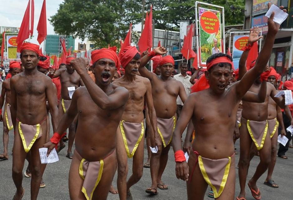 Manifestantes de Sri Lanka vistiendo taparrabos participan en la manifestación del Día del Trabajo. (Foto:AFP)