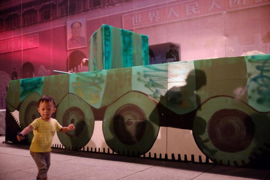Un niño juega en la parte delantera de un modelo de banner que representa a un tanque en la Plaza de Tiananmen durante el 25o aniversario de la represión ocurrida en esa plaza en Taipei. Los disidentes chinos exiliados y testigos de la represión de Tiananmen de 1989 efectuaron varias protestas y simbolizaron el momento con diferentes exposiciones. (Foto: AFP)