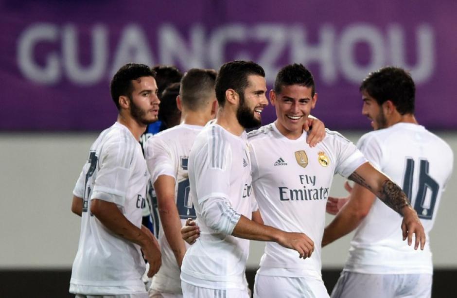 Los jugadores madridistas celebran tras el gol de James que puso el definitivo 3-0 del Real Madrid sobre el Inter de Milán